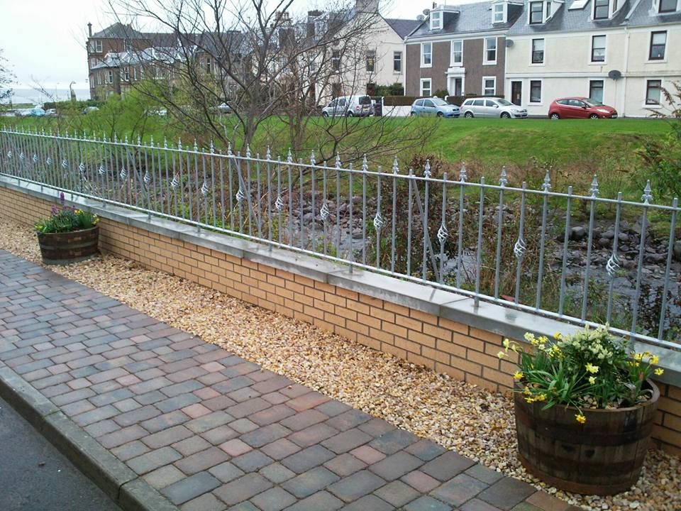 This wall rail has been galvanised for a long lasting, low maintenance finish. The alternating basket and railhead design are lovely adornments to make the gate stand out in Largs, Ayrshire.